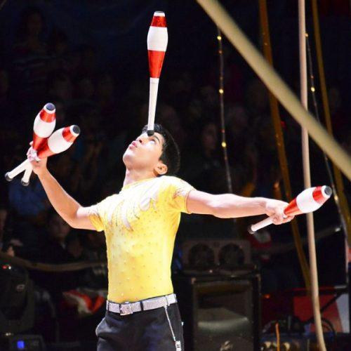 Spectacle de jonglerie jongleur et acrobate pour fete entreprise et particulier