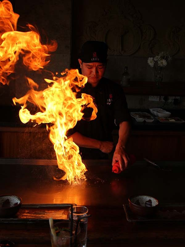Teppanyaki animation avec chef asiatique plancha