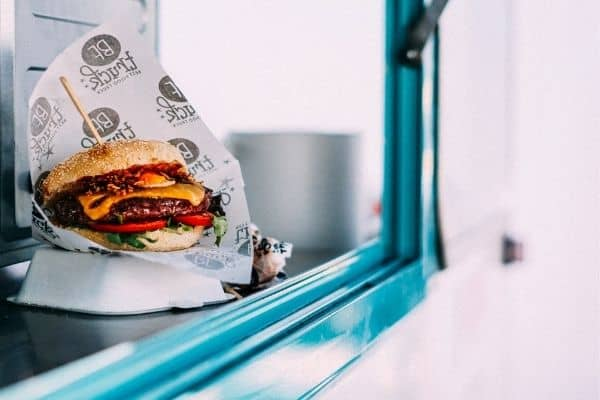 food truck burger savoureux traiteur entreprise