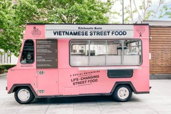 food Truck asiatique rose camion traiteur